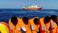 """Am Freitag wurden 141 Migranten von Seenotrettern der """"Aquarius"""" aufgenommen."""