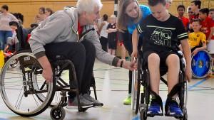Wie ziehen Sie sich im Rollstuhl an?