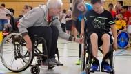 Der richtige Dreh: Marianne Buggenhagen zeigt Schülern, wie man im Rollstuhl am besten vorwärts kommt.