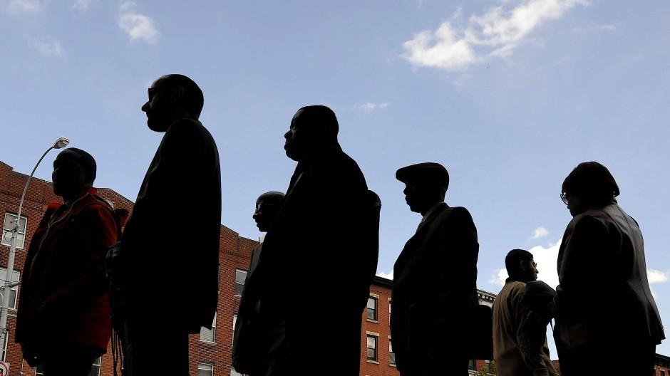 Menschen stehen am 12.04.2012 vor einem Regierungsgebäude in New York an, um an einer staatlich geförderten Jobmesse teilzunehmen. (Archivbild)