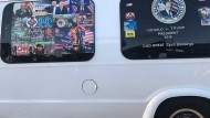 """Den Lieferwagen, in dem der Verdächtige unterwegs war, zieren mehrere Trump-Aufkleber – und der Spruch """"CNN ist zum Kotzen"""""""