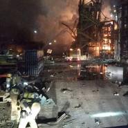 Feuerwehrleute arbeiten an der Löschung eines Brandes in einem Chemiepark in der Nähe der nordostspanischen Hafenstadt Tarragona nach einer Explosion.