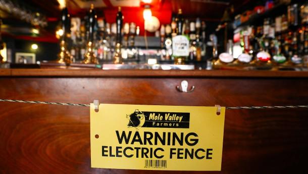 Pub-Besitzer stellt Elektrozaun vor die Bar