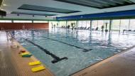 Fast zwei Jahre missbrauchte ein Schwimmlehrerer Mädchen im Unterricht. (Archivbild)