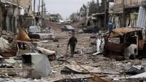Ein Mann geht am Freitag durch die Stadt Kobane, die nach Kämpfen zwischen Kurden und der IS-Miliz weitgehend zerstört ist