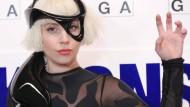 Lady Gaga mit fliegendem Kleid unterwegs