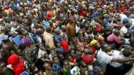 Tausende Kongolesen drängen sich 2008 um ein Nahrungsverteilungspunkt in Kibati.