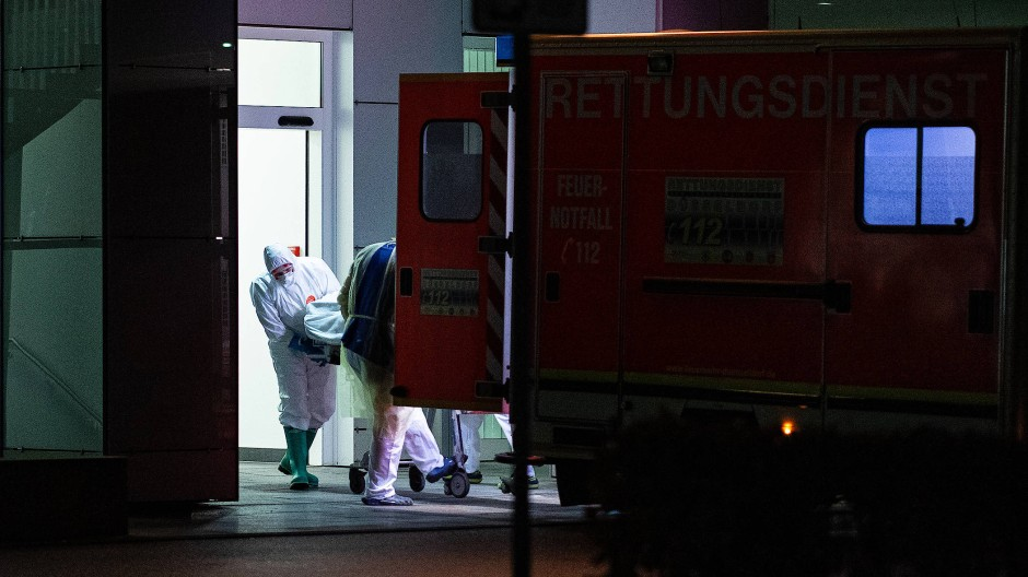 Bedrohlicher Zustand: Der erste nachweislich Infizierte in Nordrhein-Westfalen wurde Dienstagabend in die Düsseldorfer Uniklinik eingeliefert.