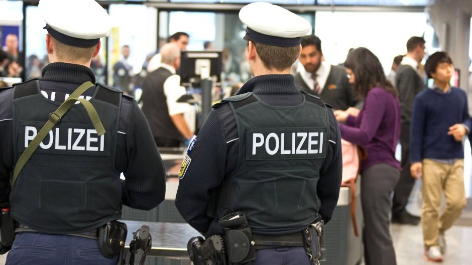 Die Bundespolizei am Fraport im Einsatz: Oft ärgern sich Fluggäste über die langsamen Sicherheitskontrollen.