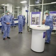 Bundesgesundheitsminister Jens Spahn (vorne links) startet in Frankfurt eine Anlage zur sterilen Abfüllung des potentiellen Impfstoffs gegen COVID-19.