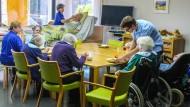 """Gemeinsam ist man weniger allein: Selbst bettlägrige Patienten sollen im Demenzheim """"Sonnweid"""" nicht im Einzelzimmer verschwinden."""