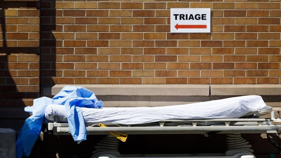 Als Corona New York erreichte: Transportliege in der Nähe eines Triage-Zelts vor dem Maimonides Medical Center in Brooklyn