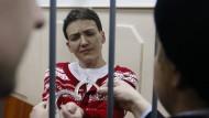 Ukrainische Ärzte dürfen zu inhaftierter Kampfpilotin