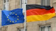 Vor dem Gebäude der Landesvertretung des Freistaates Sachsen in Berlin wehen eine Europafahne und eine Deutschlandfahne.