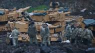 Türkische Soldaten rüsten nahe der syrischen Grenze ihre Panzer vom Typ Leopard 2A4 aus.