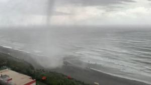 Beeindruckende Bilder eines Tornados direkt vor dem Balkon