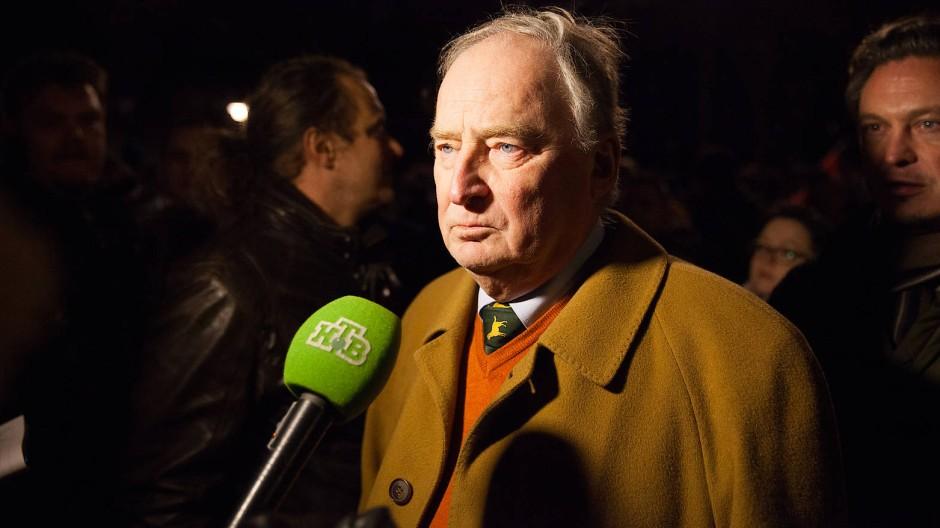 Alexander Gauland gibt am Rande der PEGIDA Demonstration am 15.12.2014 in Dresden dem russischen Fernsehsender NTW ein Interview.