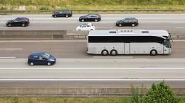 Männer klammern sich 20 Stunden auf Hinterachse von Reisebus fest