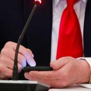 Der abgewählte Präsident Donald Trump bedient sein Telefon.