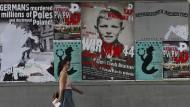 Plakate in Warschau: Der Ruf nach Reparationen wird lauter, doch die Bundesregierung hält dagegen.