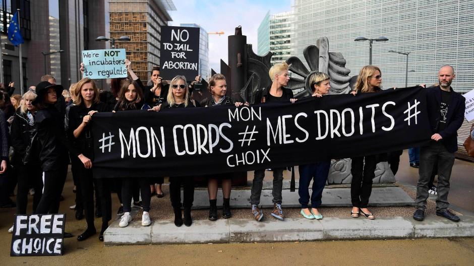 Proteste gegen Polens Abtreibungsverbot in Brüssel