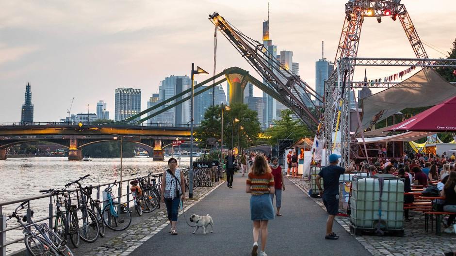 Festivalgäste und Stände am Main auf dem Sommerwerft-Festival 2021