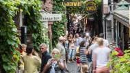 Spalter: Die Rüdesheimer beanspruchen wegen der Drosselgasse für sich einer Sonderrolle im Tourismus des Rheingaus.