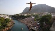 Klippenspringer stürzen sich von Brücke von Mostar