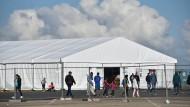 Nachwuchssuche: Unter anderem am Lager in Kassel-Calden haben Salafisten missioniert
