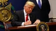 US-Präsident Donald Trump unterzeichnet ein Einreisedekret im Januar.
