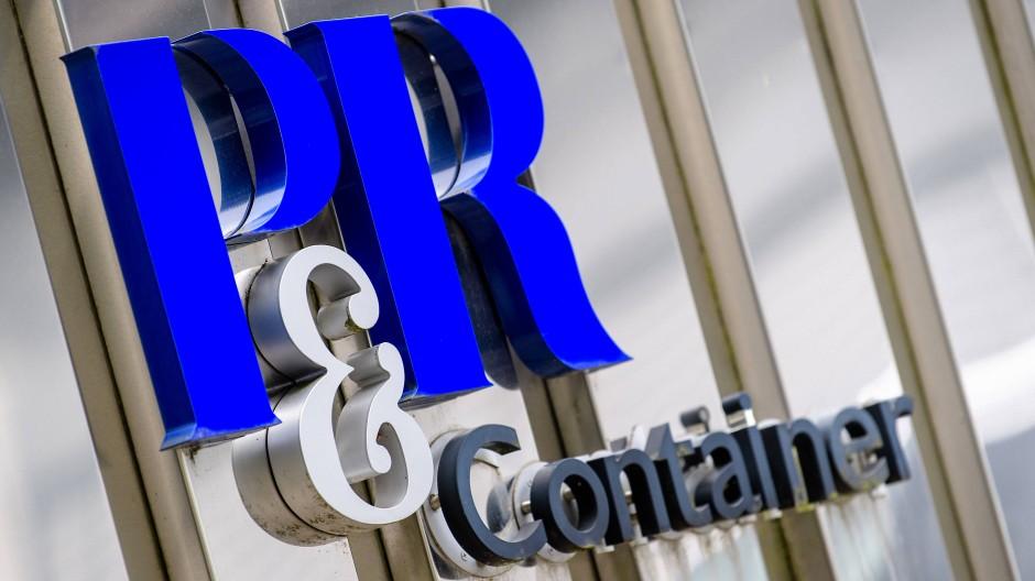 Das Logo der insolventen Containerinvestmentfirma P&R Container Vertriebs und Verwaltungs-GmbH ist vor dem Gebäude des Unternehmens zu sehen. Nach der Skandalpleite der Münchner Containergesellschaft P&R verzichtet die Justiz auf einen Strafprozess gegen den mutmaßlichen Milliardenbetrüger Heinz Roth.