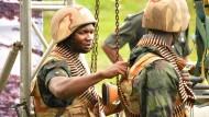 Zwei nigerianische Soldaten im Niger Delta