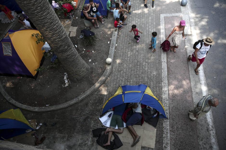 Touristen und Flüchtlinge auf der Insel Kos