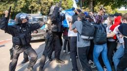 Polizei setzt Schlagstöcke und Pfefferspray ein