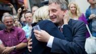 Glückwunsch von der Ministerpräsidentin: Hannelore Kraft umarmt Thomas Geisel (beide SPD)