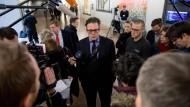 Nach der Sitzung des Parlamentarischen Kontrollgremiums spricht der Grünen-Politiker Konstantin von Notz zu den wartenden Journalisten.