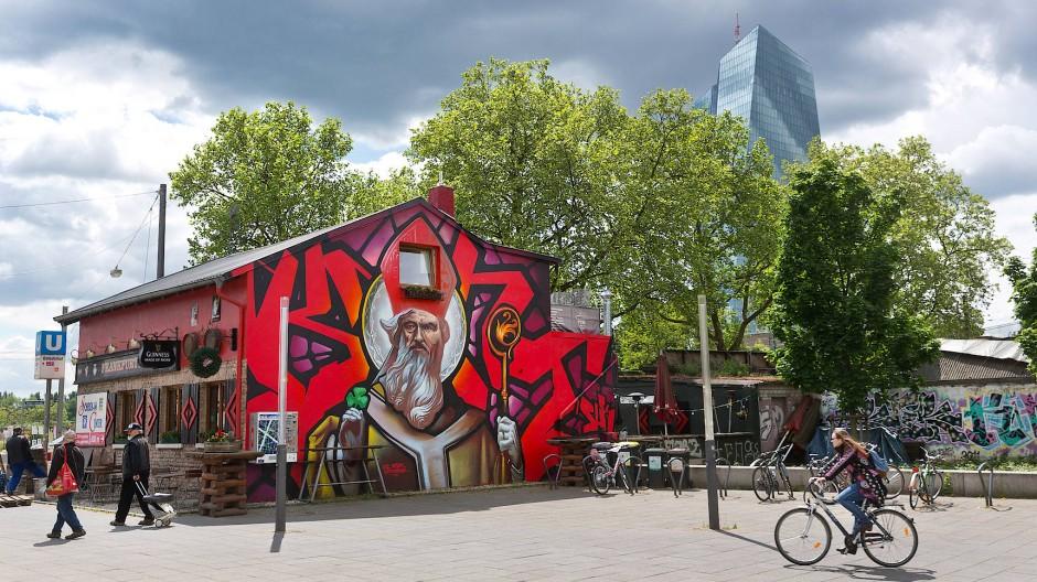 """Hanauer Landstraße 99: Der heilige Patrick von Irland wacht an der Rückseite des """"Frankfurt Pub"""" im Ostend. Die Künstler Klark Kent und Case Ma'Claim haben die Fassade besprüht."""