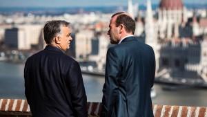 Orbán überklebte zumindest die anstößigen Plakate