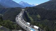 Wo vor allem Lastwagen Tirols Straßen verstopfen: Stau auf der Europabrücke der Brennerautobahn im Juni