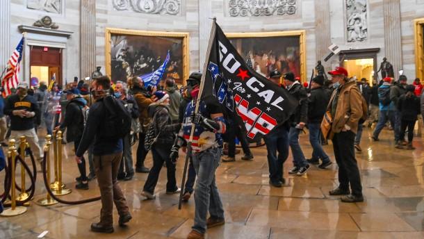 Trump-Unterstützer dringen ins Kapitol ein