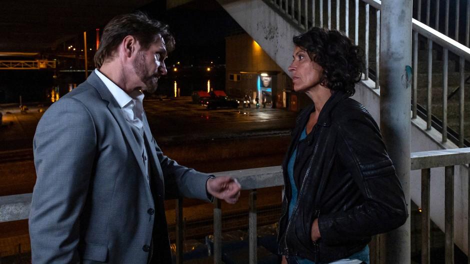 """Die Ludwigshafener Kommissarin Lena Odenthal (Ulrike Folkerts) spricht mit Gerhard Arentzen (Thure Riefenstein) in einer Szene des Tatorts """"Unter Wölfen""""."""
