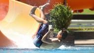 Ab ins kühle Nass: Der Sommer hat Deutschland erst einmal fest im Griff. Ein junger Mann läutet im Schwimmbad von Ehingen die Freibad-Saison ein.