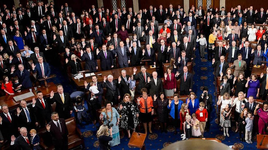 Die Mitglieder des Repräsentantenhauses werden eingeschworen.