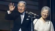 Japaner pilgern in Massen zu Kaiser-Geburtstag
