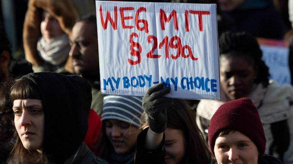 Der umstrittene Abtreibungsparagraf 219a verbietet Werbung für Schwangerschaftsabbrüche. Die angeklagte Gießener Ärztin spricht von Informationsfreiheit. (Symbolbild)