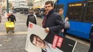 Wahlkampf in der Straßenbahn: Patrick Hartmann steigt um.