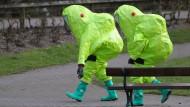 Gut geschützt: Ermittler im englischen Salisbury, wo Sergej Skripal vergiftet worden war.