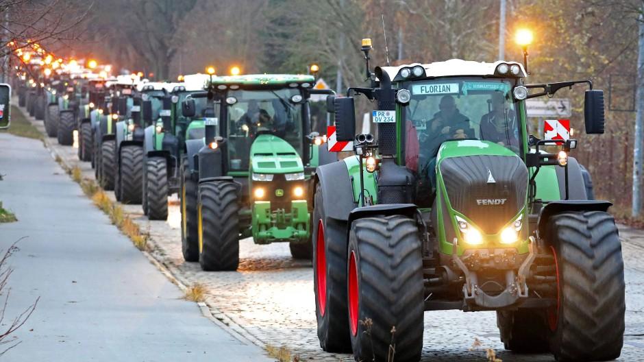 Ein Traktorenkorso ist am 11. Dezember durch Kessin in Richtung Rostock unterwegs.