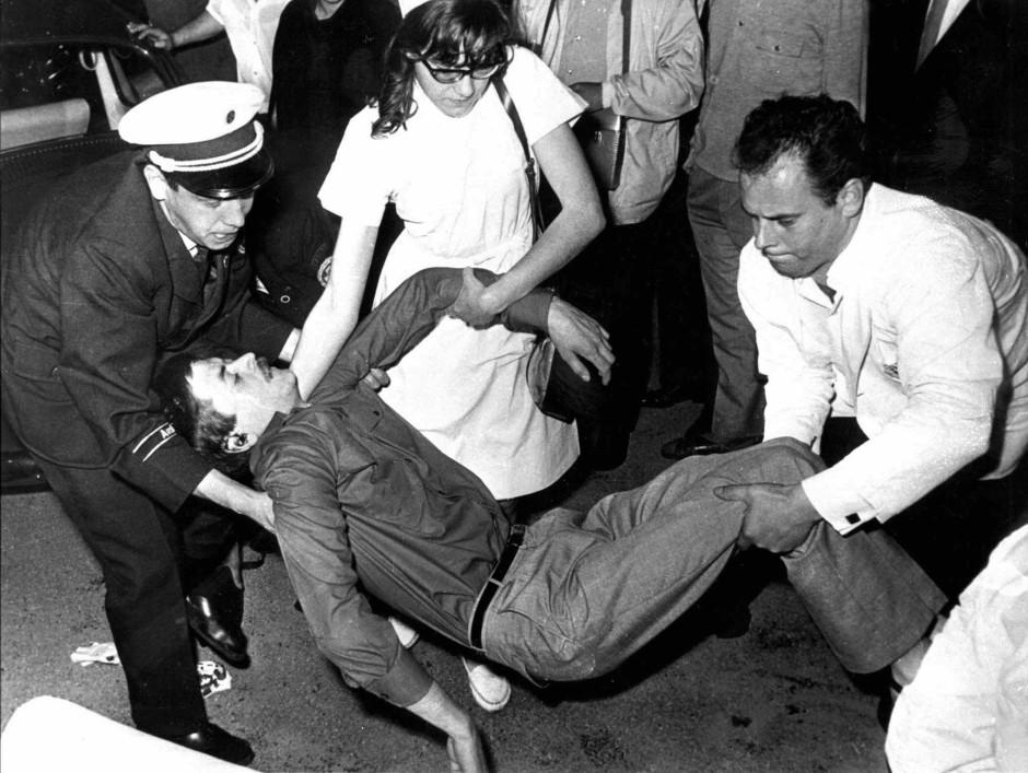 Entscheidender Katalysator für die Studentengeneration: Am 2. Juni 1967 tötete ein Polizist den Studenten Benno Ohnesorg mit einem Schuss aus kurzer Entfernung in den Hinterkopf – während einer Demonstration gegen den nicht minder verhassten Schah von Persien.
