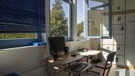 Fenster weit auf! Regelmäßiges Stoßlüften soll die Konzentration gefährlicher Aerosole in der Klassenzimmerluft verringern.